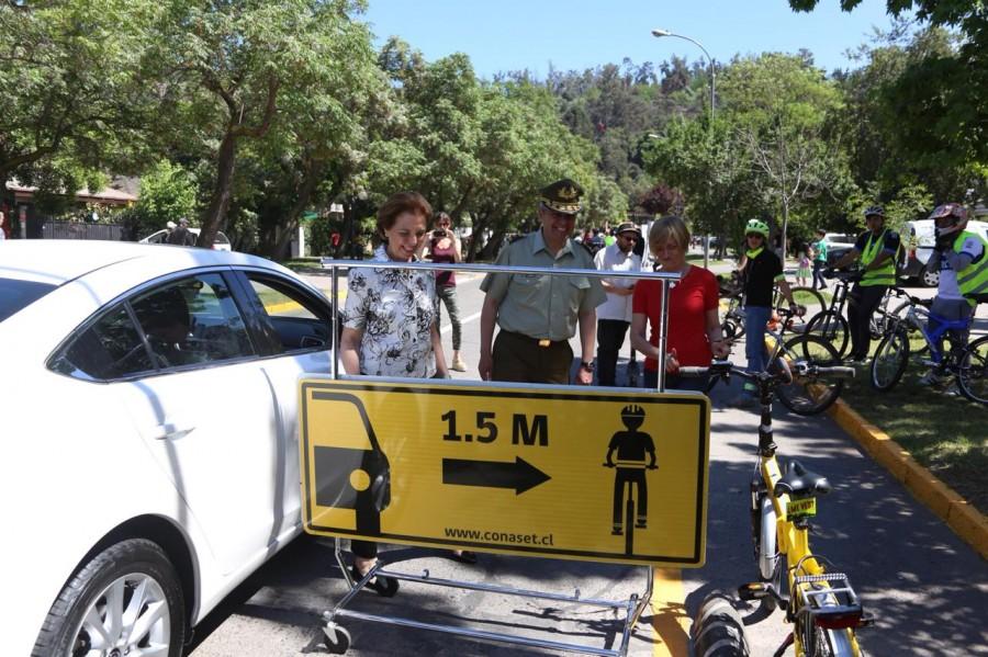 1,5 metros es lo que debe dejar un automóvil para adelantar a un ciclo en las calles