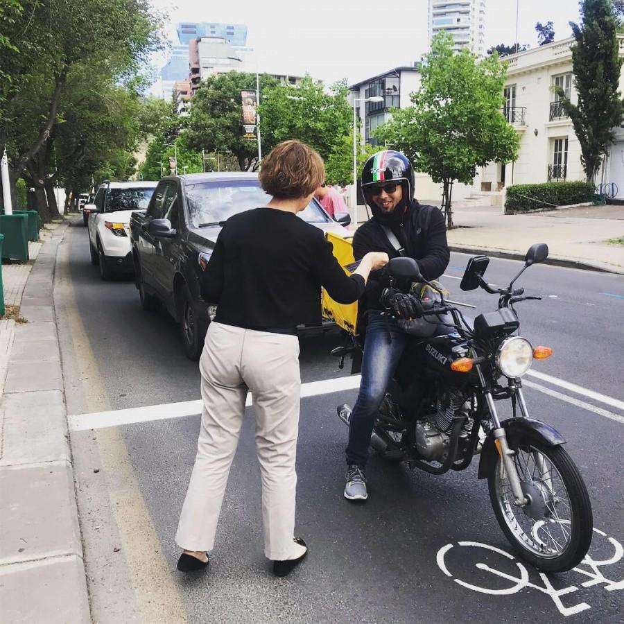 Ministra Hutt entregando volantes de la nueva Ley de Convivencia de Modos